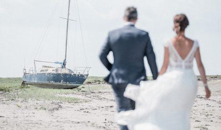 Un couple dans le vent dans la manche